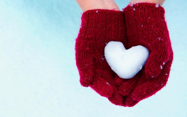 Hands-Gloves-Heart-Snow-Winter-HD-Wallpaper-LoveWallpapers4u.Blogspot.Com_